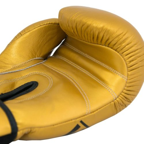 detalle de costuras de guantes de boxeo dorados
