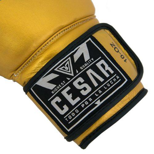guantes de boxeo dorados de piel genuina. Cierre de los guantes de boxeo
