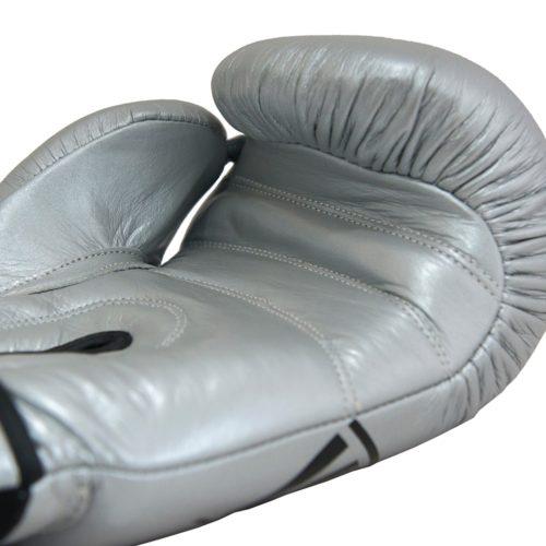 guantes de boxeo plateados detalles de calidad en las costuras