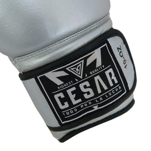 detalle de cierre de velcro en guantes de boxeo plateados